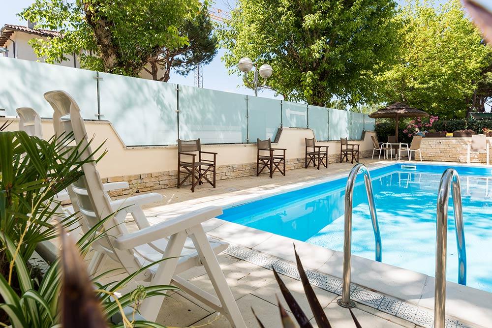 Bagno Mediterraneo Pinarella : Hotel con piscina spiaggia inclusa e parcheggio a pinarella di cervia